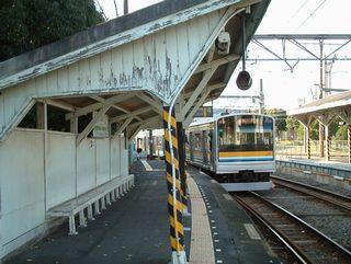 浅野駅ホームと電車